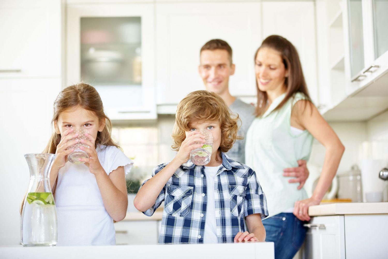 Familie-trinken-scaled.jpeg
