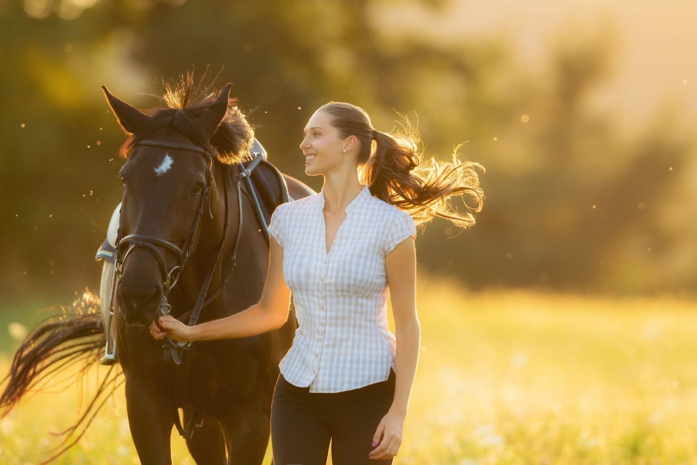 Bilder frau auf pferd Video: Frau